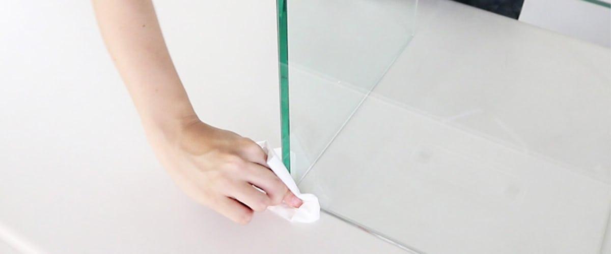 5.はみ出した接着剤を拭き取る