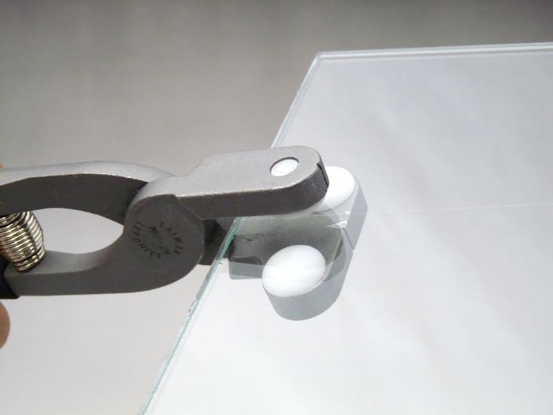 ランニングプライヤーを使ってガラスを割る様子 -1