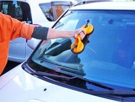 ガラス吸盤を使って車のフロントガラスを取り付ける様子 -1